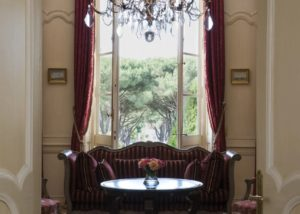 Living room with a sheen at Château de la Dauphine in Bordeaux