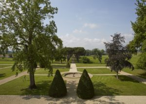 Garden with a fountain at Château de la Dauphine in Bordeaux