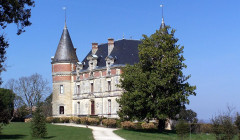 The castle with a blue sky at Château de Rayne Vigneau