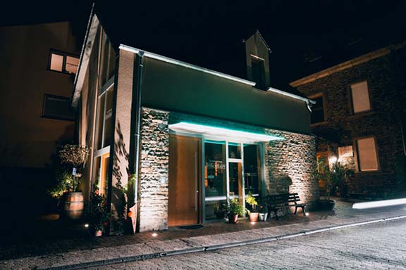 Terrassenweingut Dötschhaupt_winery building at night_4