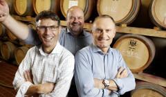 Vier Jahreszeiten Winzer - smiling with barrels