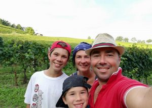 Family of winemakers amid the beautiful vineyards of the Francesco Scanavino.
