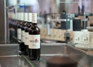 weingut heninger bottles filing on a conveyor in the winery
