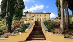 Attractive yellow building of the Tenute San Fabiano - Conti Borghini Baldovinetti de' Bacci winery