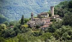 building of agriturismo castello della mugazzena resting on the side of hill